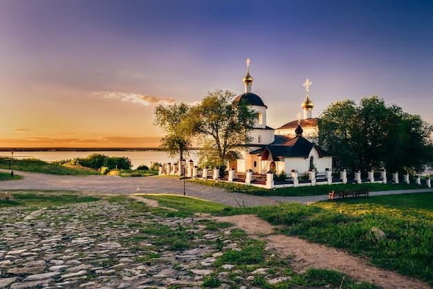 Igreja de são constantino e helena na ilha rural de sviyazhsk, na rússia. pôr do sol de verão.