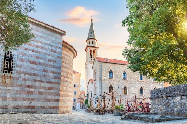 Igreja de são joão batista e as paredes da fortaleza, cidade velha de budva, montenegro.