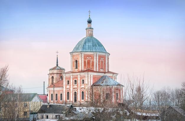 Igreja de são jorge, o vitorioso em smolensk, sob o céu azul da primavera