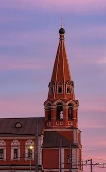 Igreja de são nicolau após o pôr do sol, praça taganskaya, moscou, rússia.