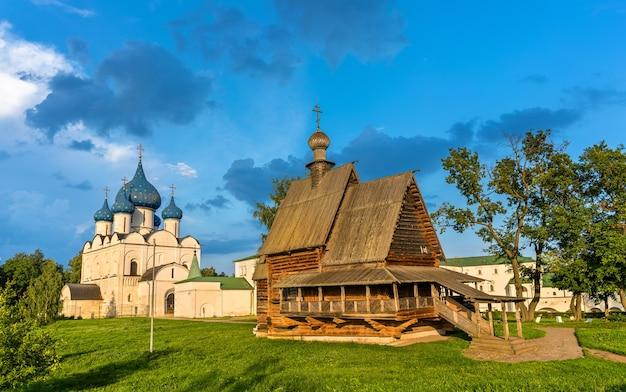 Igreja de são nicolau e catedral da natividade em suzdal, um patrimônio da unesco na rússia