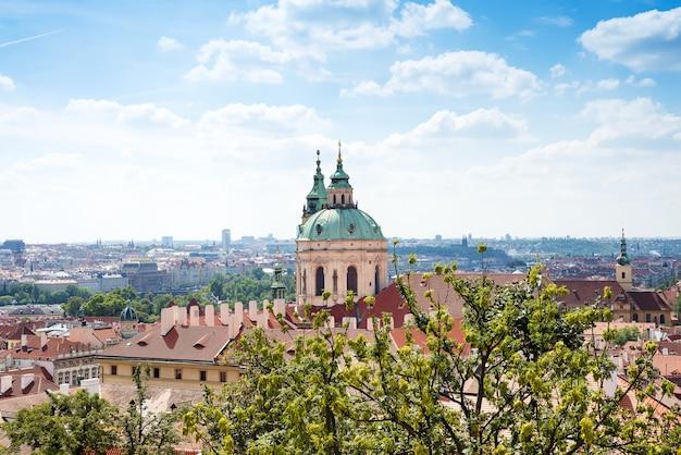 Igreja de são nicolau mala strana e o telhado vermelho é a vista principal no praha do castelo de praga, república checa
