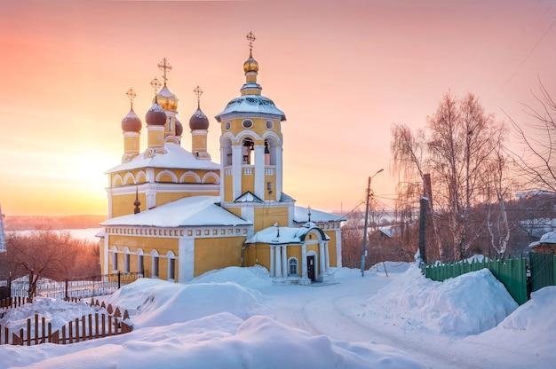 Igreja de são nicolau naberezhny em uma manhã ensolarada de inverno com neve