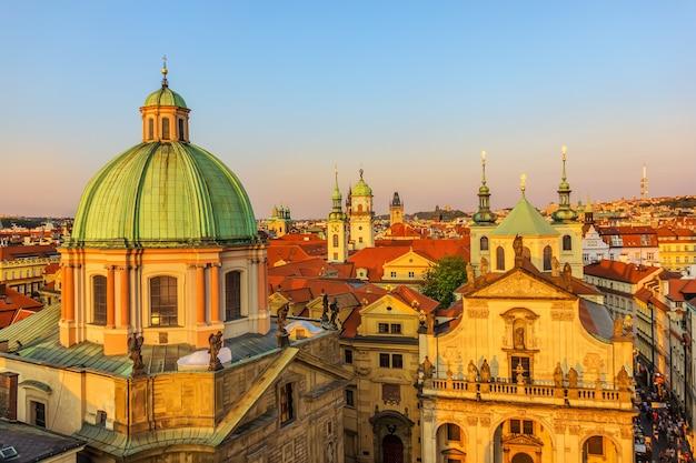Igreja de são salvador e cúpulas da igreja de são francisco de assis, praga.