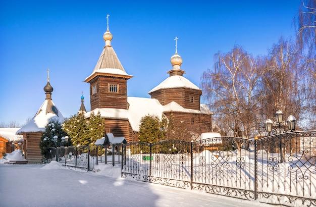 Igreja de sergievskaya no mosteiro da trindade em murom em um dia ensolarado de inverno e neve