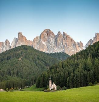 Igreja de st johann, santa maddalena, val di funes, dolomitas, itália