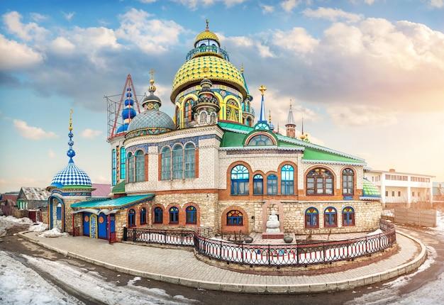 Igreja de todas as religiões em kazan sob nuvens brancas em um dia ensolarado de primavera