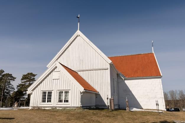 Igreja de tromoy em hove, tromoy em arendal, noruega. igreja branca, céu azul, dia de sol.