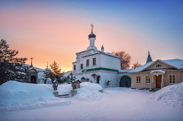 Igreja do arquidiácono de estêvão no mosteiro da trindade em murom em uma manhã ensolarada de inverno com neve e rosa