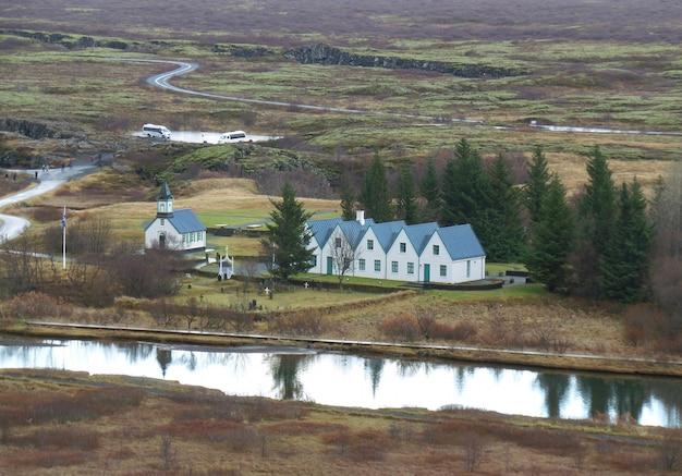 Igreja e casa senhorial velha