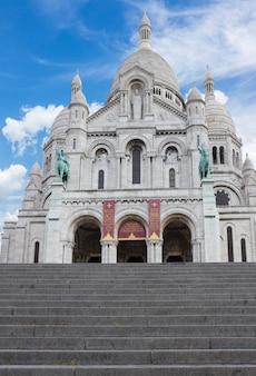 Igreja e escadas mundialmente famosas de sacre coeur, paris, frança