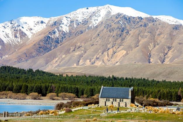 Igreja e montanhas no lago tekapo, nova zelândia