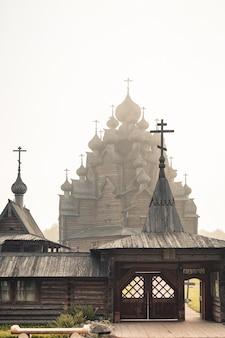 Igreja em nome da proteção da virgem santa. igreja totalmente em madeira. uma obra-prima da arquitetura antiga. arquitetura em madeira. a igreja de intercessão nevsky forest park. são petersburgo