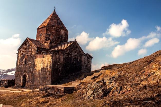 Igreja em paisagem montanhosa