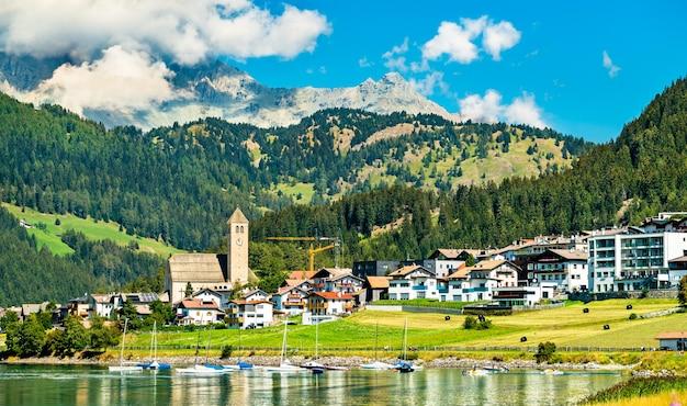 Igreja em reschen am see ou resia, uma vila no lago reschen no tirol do sul, alpes italianos