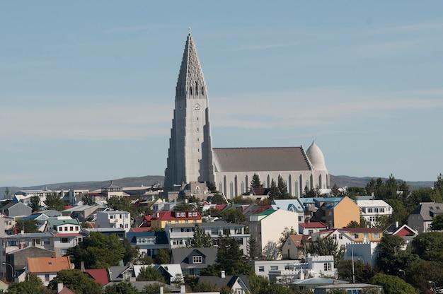 Igreja hallgrimskirkja - edifício mais alto da islândia, rodeado por moradias coloridas