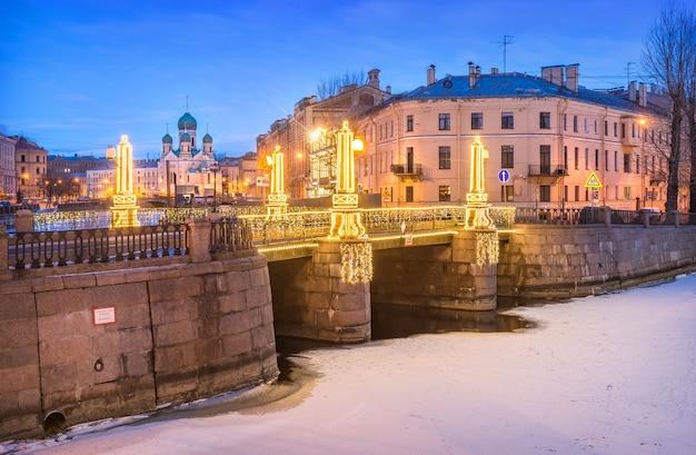 Igreja isidorovskaya e ponte pikalov em são petersburgo