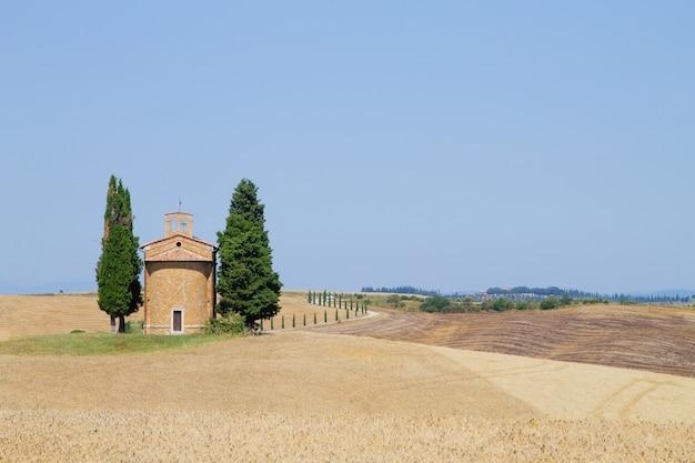 Igreja isolada nas colinas da toscana, paisagem italiana. igreja de madonna di vitaleta