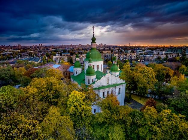Igreja kirilovska em árvores de outono