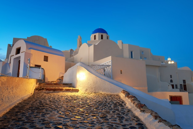 Igreja local com cúpula azul em oia, santorini, grécia à noite