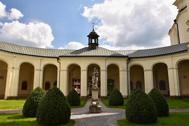 Igreja - mosteiro. krtiny - república tcheca. virgem maria - monumento barroco.