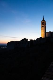 Igreja na aldeia de assis, na região de umbria, itália. a cidade é famosa pela mais importante basílica italiana dedicada a são francisco - san francesco.