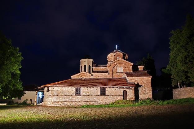 Igreja na cidade de orquídea, macedônia à noite
