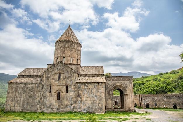 Igreja na floresta verde na armênia.