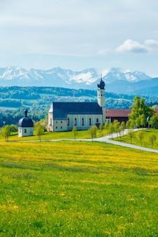 Igreja na paisagem natural