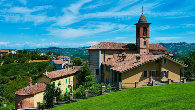 Igreja no município de grinzane cavour, piemonte, itália.