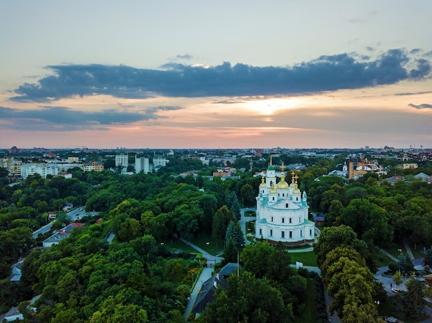 Igreja ortodoxa ao fundo do pôr do sol, local smotravaya em poltava