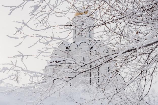 Igreja ortodoxa branca com uma cúpula dourada
