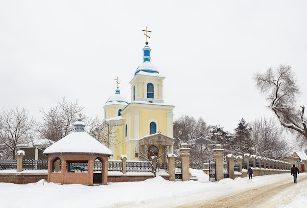 Igreja ortodoxa da moldávia no inverno. panorama feito a partir de 25 quadros.