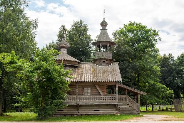 Igreja ortodoxa de madeira velha em veliky novgorod