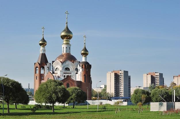 Igreja ortodoxa em construção em são petersburgo, rússia