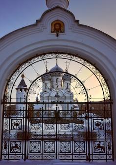 Igreja ortodoxa fora do portão a igreja da virgem maria ícone signabalatsk na rua dos professores
