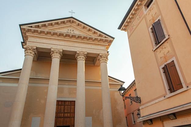 Igreja patronale no centro da cidade de bardolino, na itália, ao pôr do sol