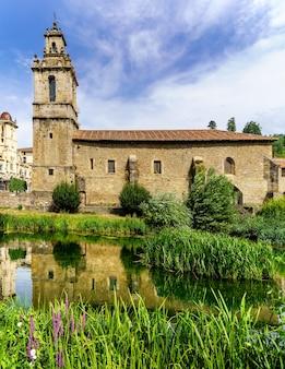 Igreja romana e ponte sobre o rio no país basco de balmaseda, espanha. europa.