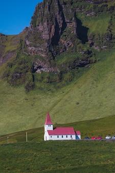 Igreja rural islandesa típica na costa do mar