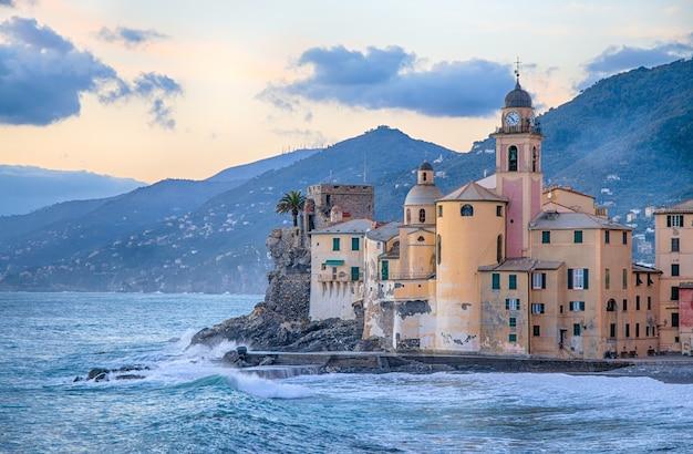 Igreja velha e edifícios históricos perto do mar em camogli, gênova, itália