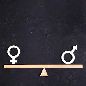 Igualdade entre símbolos de gênero feminino e masculino na gangorra