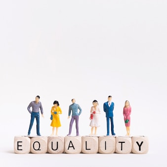 Igualdade, escrita em cubos de madeira e as pessoas acima