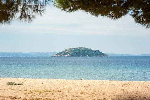 Ilha à beira-mar ao pôr do sol com vista para a praia