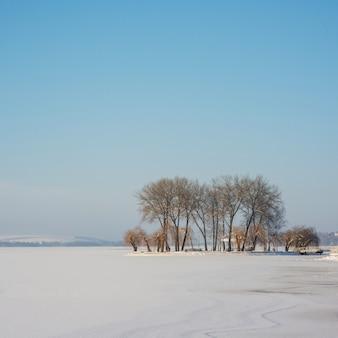 Ilha congelada coberta de neve