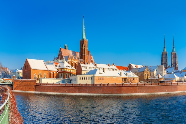 Ilha da catedral ou ostrow tumski com a catedral de são joão e a igreja da santa cruz e são bartolomeu pela manhã em wroclaw