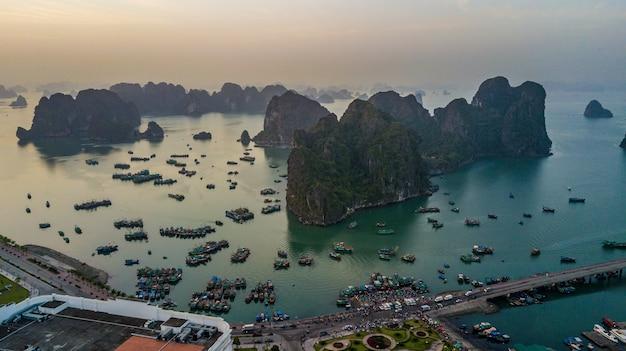 Ilha da rocha da vista aérea na cidade da baía de halong