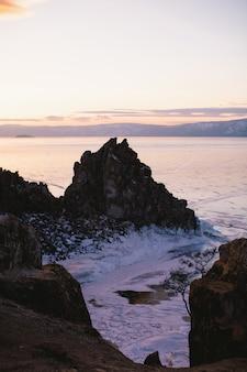 Ilha da rocha no crepúsculo no lago baikal, rússia, fotografia de paisagem