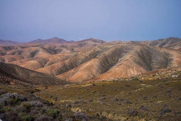 Ilha das canárias do panorama do vale das montanhas incríveis.