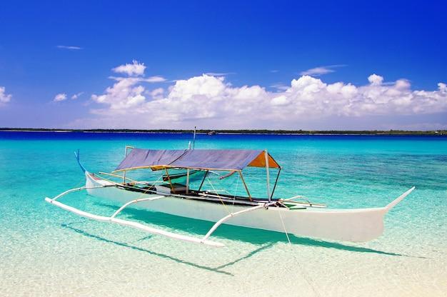 Ilha das filipinas. paraíso tropical exótico. barco tradicional e mar turquesa