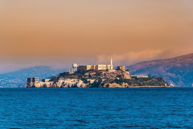 Ilha de alcatraz, são francisco, califórnia instalações para um farol, uma fortificação militar, um
